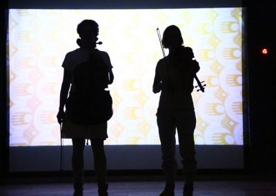 Quartett PLUS 1_Hinter Glas_Lisa und Kathrina@Malessa 900x600